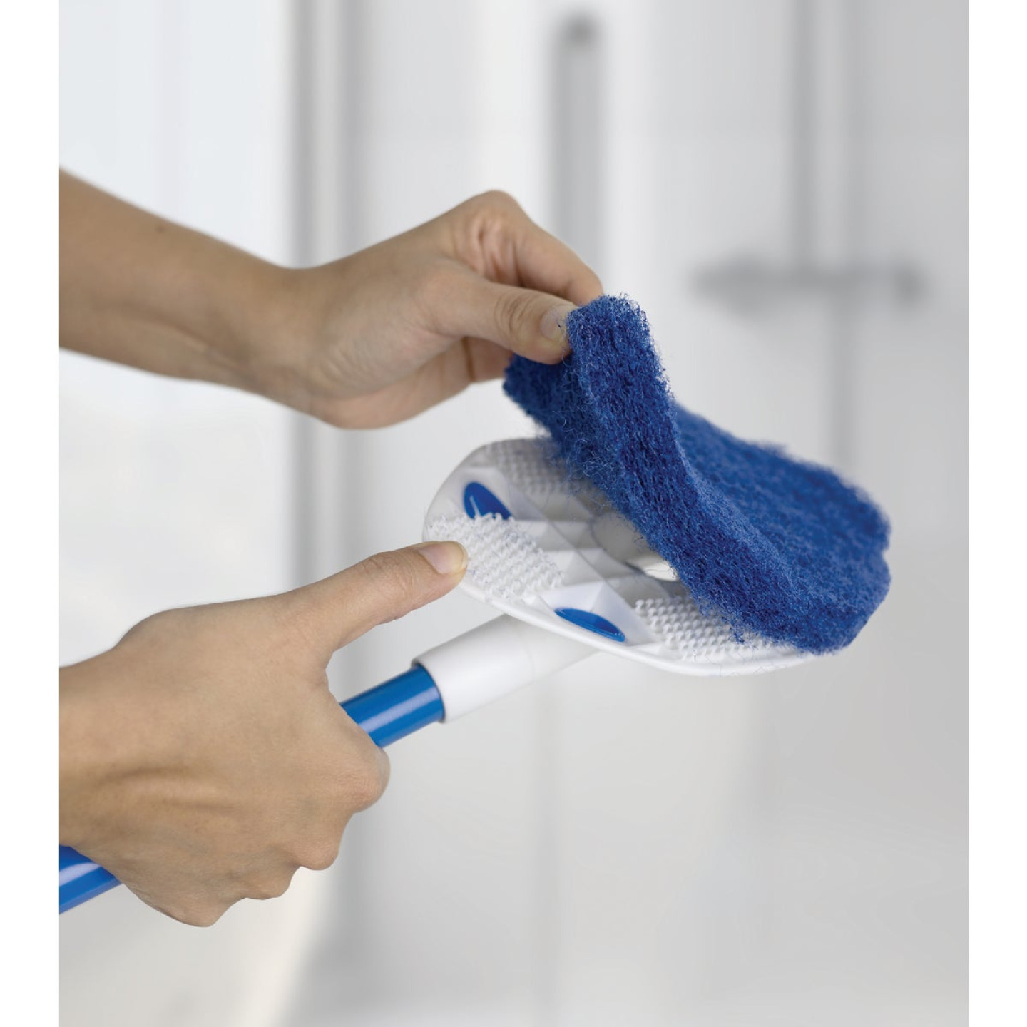 Clorox Extendable Handle Tub & Tile Scrubber Image 2